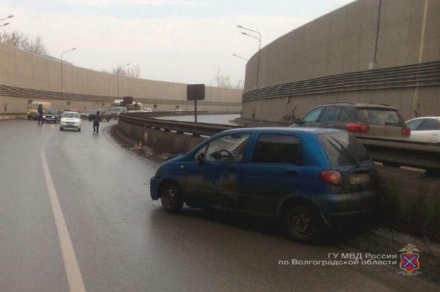 ВВолгограде автоледи на Дэу Matiz протаранила ограждение туннеля наТулака