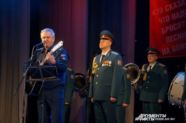 На концерте выступили участники фестиваля «Автомат и гитара», военный оркестр и барды.