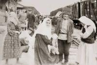 Депортантов отвозили на железнодорожную станцию.