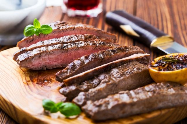 Ребра бычка, котлеты из ягненка и другие мясные блюда на 23 февраля
