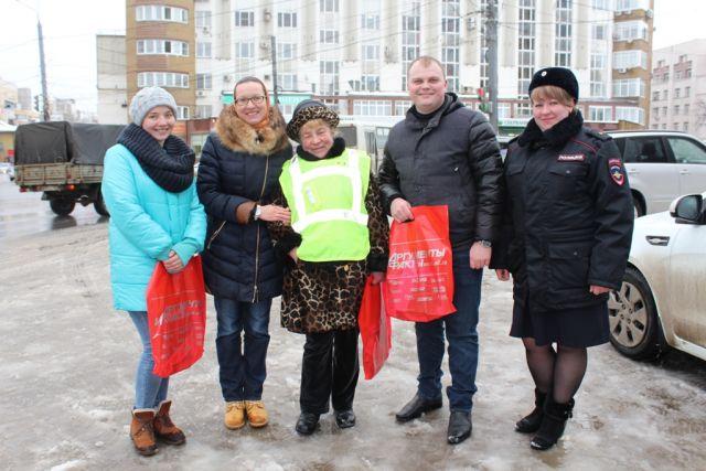 Журналисты и полицейские поздравили водителей с Днем защитника Отечества