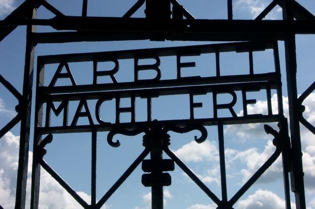 Ворота снадписью Arbeit macht frei вернули вДахау