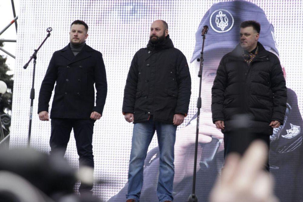 Один из лидеров Марша, Андрей Билецкий успел выступить в парламенте, после чего вернулся к людям на сцену и заявил об ультиматуме действующей власти