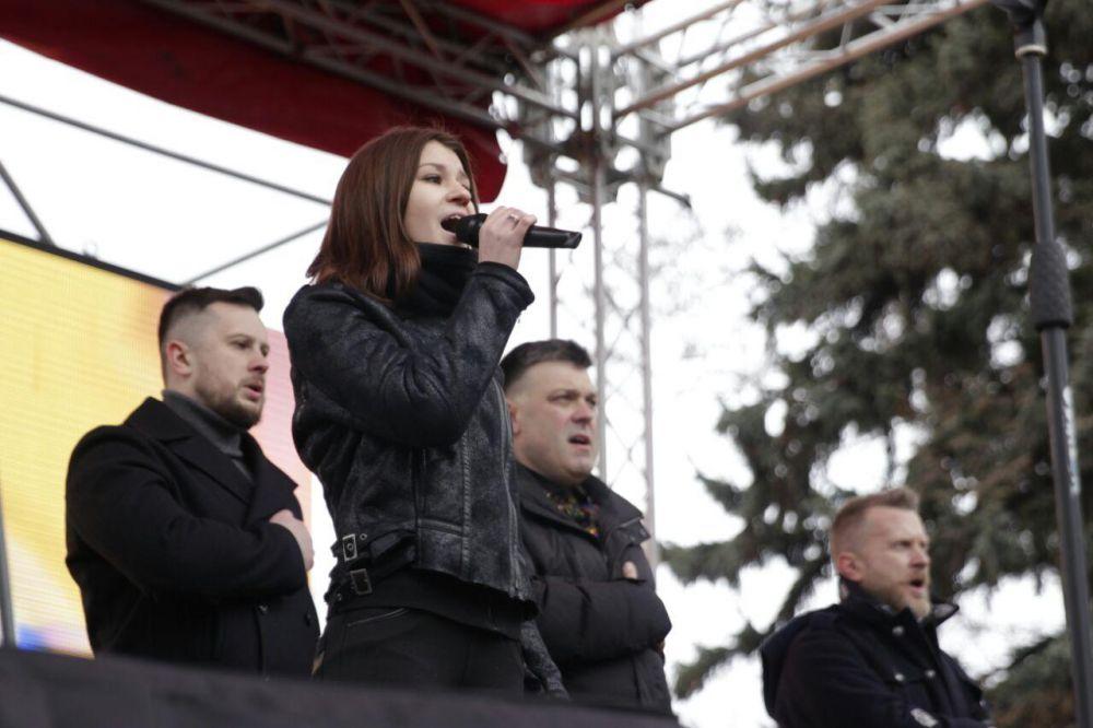 Возле Верховной Рады на сцене, вместе с людьми спели гимн Украины Олег Тягнибок, Андрей Тарасенко и Андрей Билецкий
