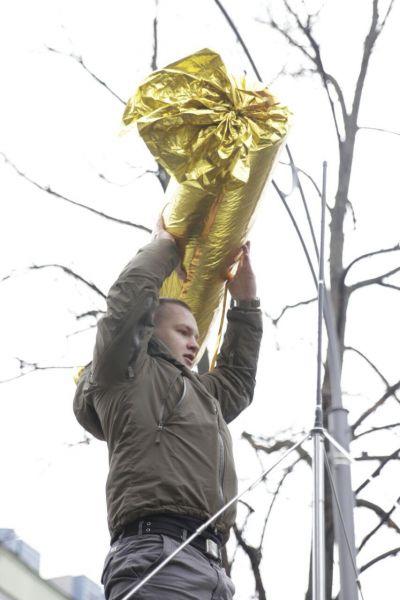 Кроме билета, также участники акции хотели вручить Петру Порошенко большую конфету
