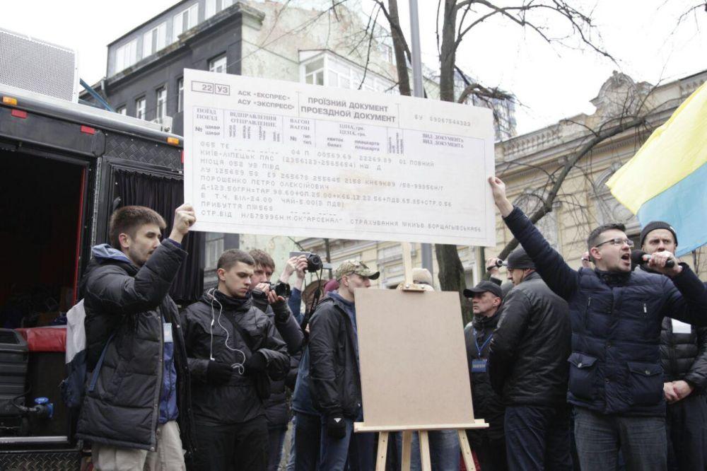 Некоторые активисты собирались вручить президенту Украины огромный билет до Липецка
