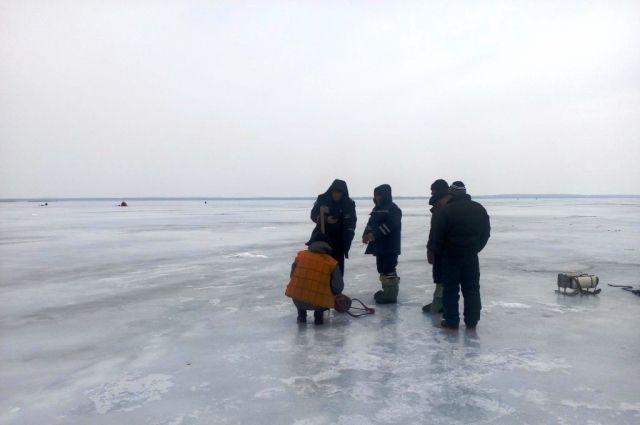 Сотрудники ГосЧС и рыбаки