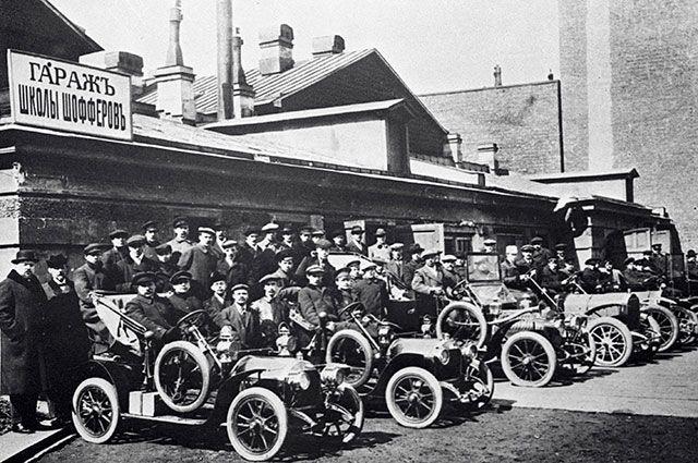 Учебные автомобили школы шоферов. Санкт-Петербург, 1912 год.