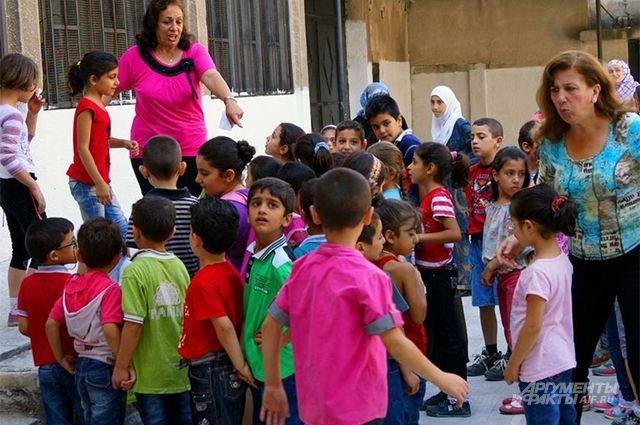 Российские военные передали сирийским детям мягкие игрушки