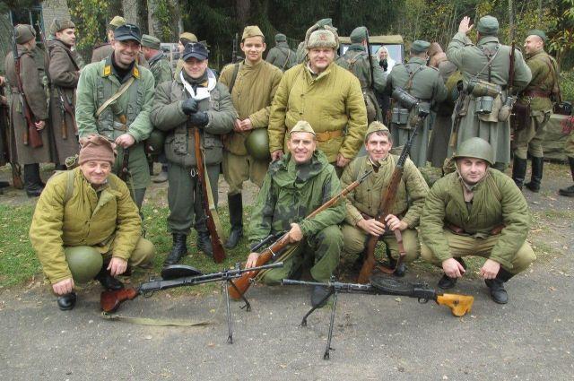 Владимир Смирнов (в первом ряду в центре) вместе с товарищами уже много лет реконструирует события военных лет.