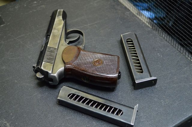 Военный пенсионер застрелил вооруженного преступника изнаградного пистолета