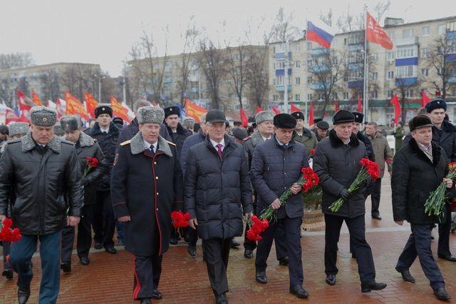 Отдать дань памяти погибшим героям и выразить уважение бойцам, несущим военную службу сегодня, пришли первые лица области и города.
