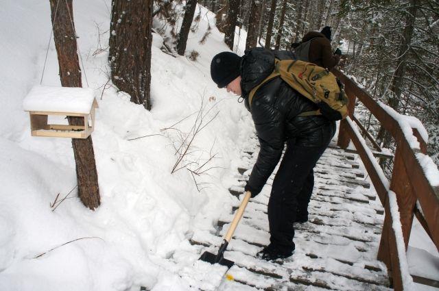 Деревянные настилы каждую зиму покрываются слоем снега.