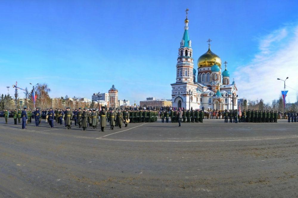 Парад состоялся на главной площади областного центра.