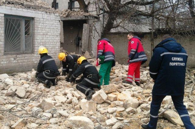 Спасатели разбирают завалы