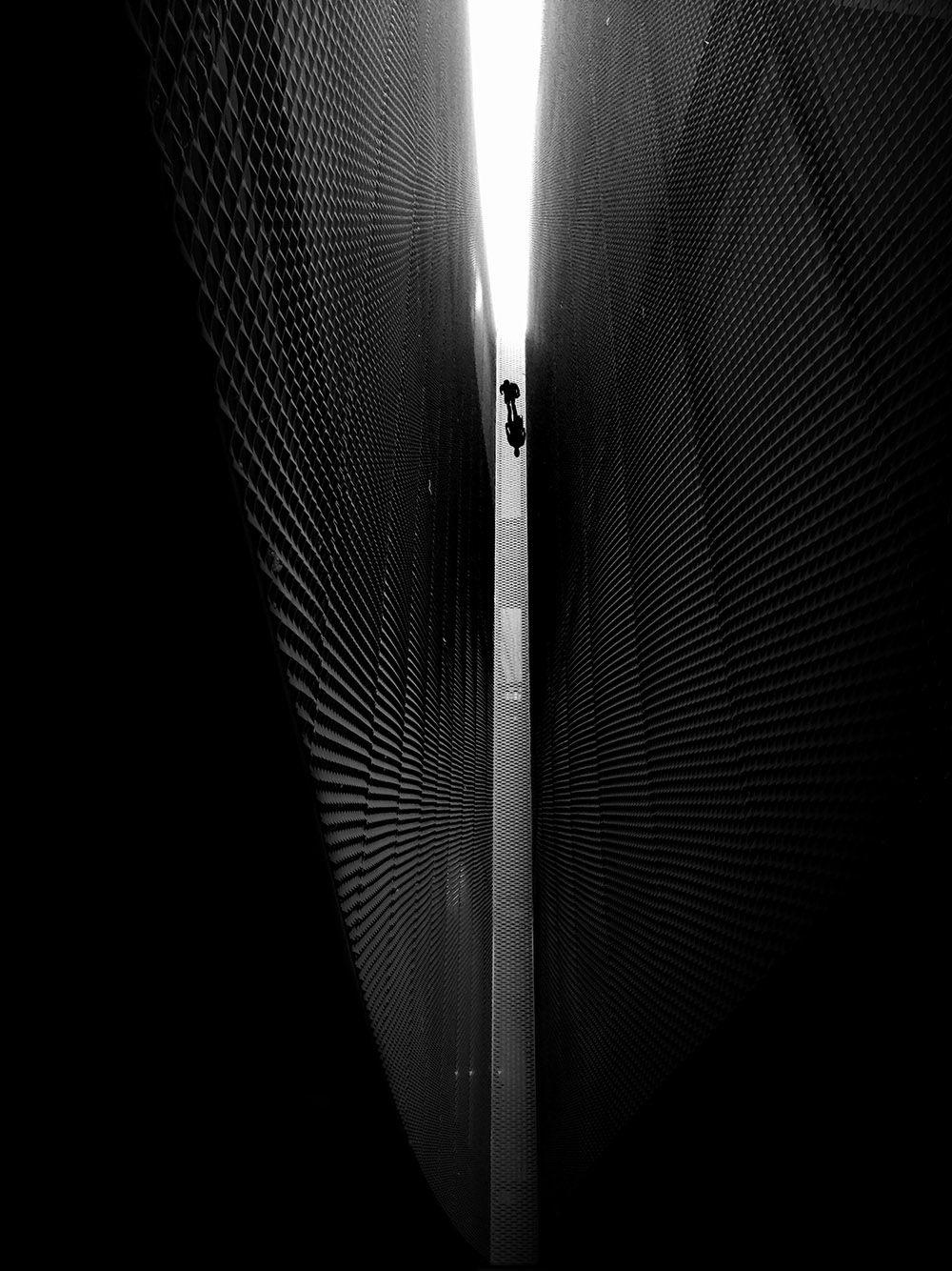 1-е место в категории «Черно-белое» заняло фото под названием «Ангел, смотрящий вниз»
