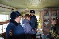 Полицейские постоянно проверяют стоящие на учёте семьи.