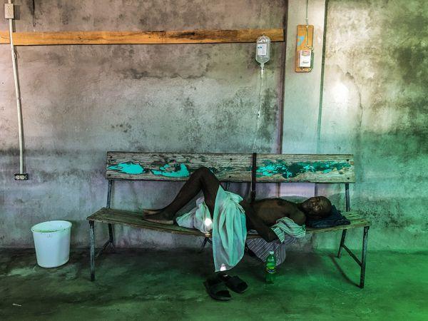 Победителем всего конкурса стал Giles Clarke, который прислал целую серию своих снимков. Вот его фото, сделанное во время эпидемии холеры в Гаити