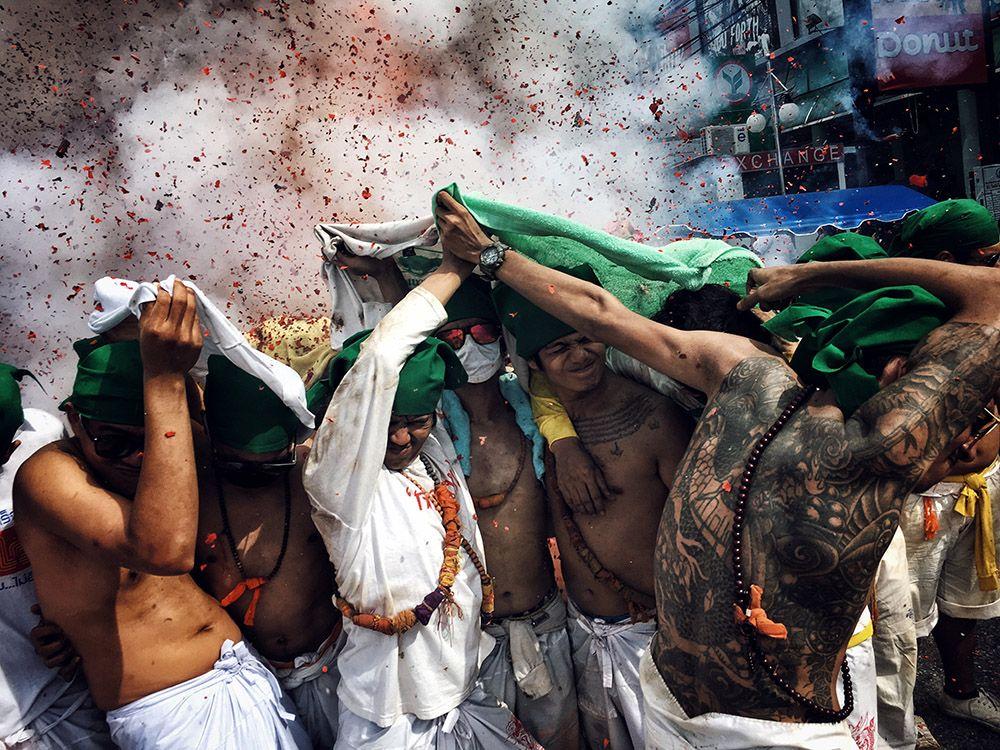 Одним из лучших признали фото под названием «Взрывающиеся феерверки» из категории «Фотожурналистика»