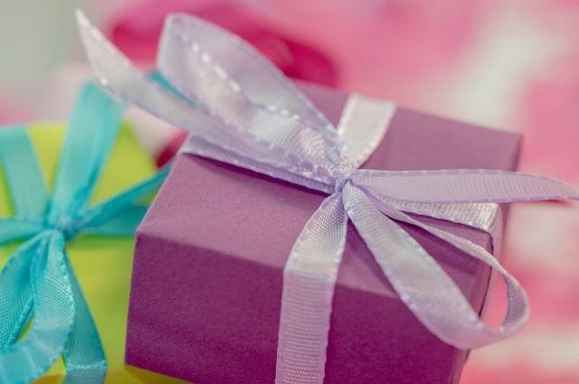 Женщины подошли к выбору подарку для своей второй половины творчески.