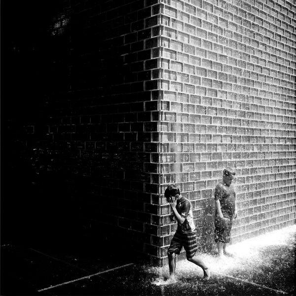 АиФ также признало фото с названием «Позвольте детям играть» лучшим в категории «Уличная фотография»