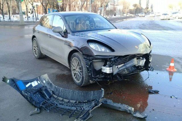 Porsche лишился бампера и получил небольшие повреждения крыла и капота.