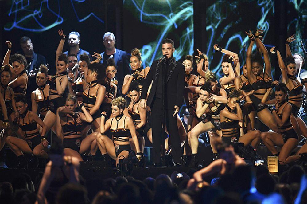 22 февраля. В Лондоне состоялась ежегодная церемония вручения музыкальных наград Великобритании в области поп-музыки Brit Awards. Дэвид Боуи посмертно получил награду в двух номинациях.