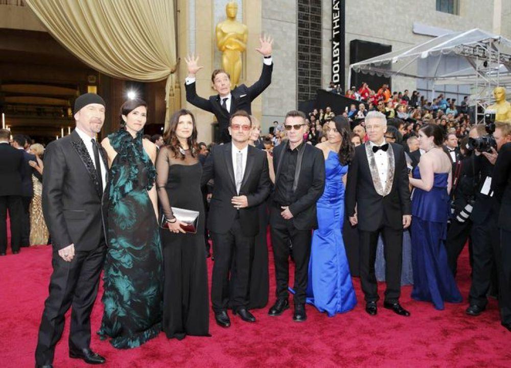 Мегаизвестный актер Бенедикт Камбербэтч решил испортить снимок легендарной группе U2, после чего фото набрало огромную попуярность в интернете и было использовано во множестве фотожаб