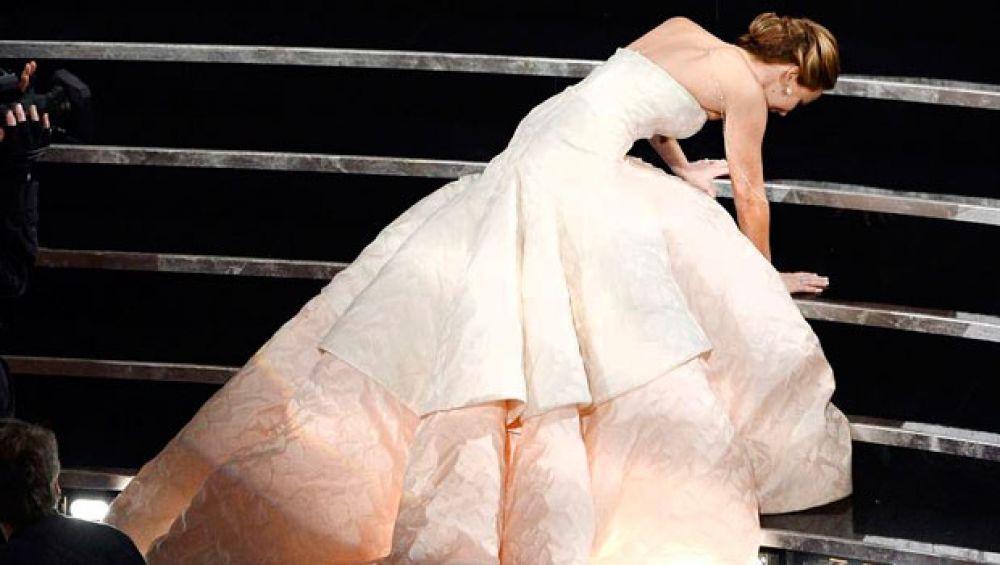 в 2013 году известная актриса Дженнифер Лоуренс умудрилась упасть, когда подымалась на сцену за наградой