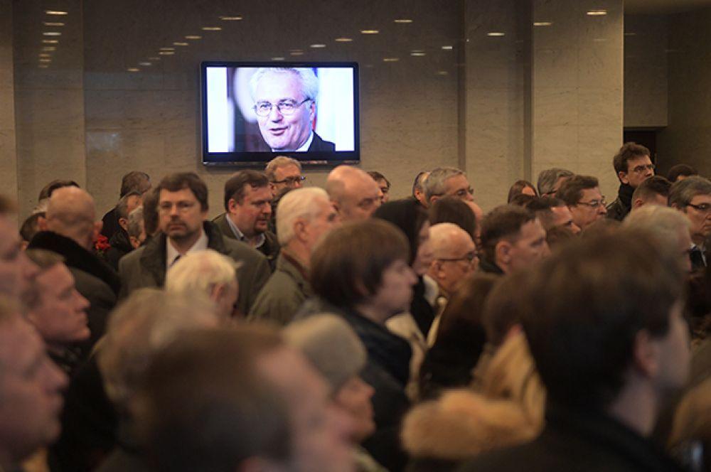 В вестибюле Центральной клинической больницы управления делами президента РФ во время церемонии прощания с постоянным представителем РФ при ООН Виталием Чуркиным.