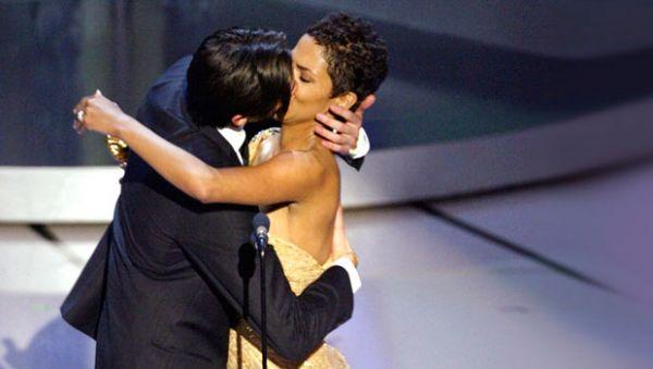 За роль в фильме «Пианист» награду получил Эдриан Броуди. Он был настолько взволнован, что решил поцеловать Холли Берри, которая и вручила ему эту награду. Поцелуй этот можно было наблюдать в далеком 2003-м