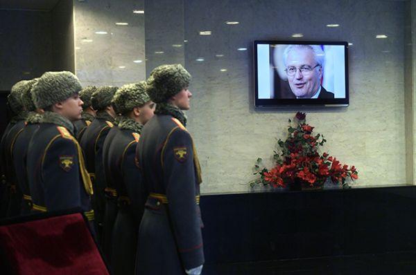 Возле гроба стоят солдаты роты почетного караула.