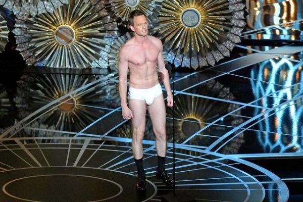 В 2015 году ведущий Нил Патрик Харрис спародировал героя оскароносного фильма «Бердмэн», появившись на сцене в одних трусах. Дело в том, что главный герой фильма тоже оказался без одежды, когда гримерка вдруг оказалась закрыта