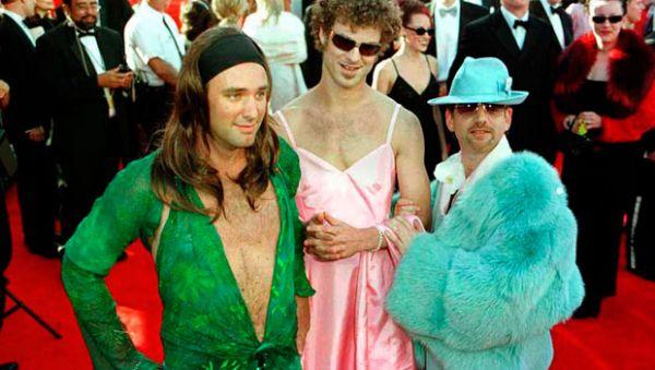 Ничего необычного, просто создатели известного на весь мир, мультсериала «Южный парк», решили одеться в наряды, которые тогда одели Гвинет Пэлтроу и Дженнифер Лопес. Происходило это в 2000 году
