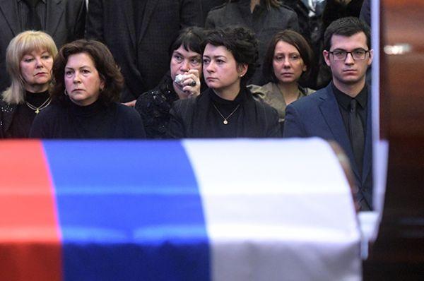 Вдова Виталия Чуркина Ирина, дочь, журналист телеканала Russia Today Анастасия Чуркина и сын Максим Чуркин.