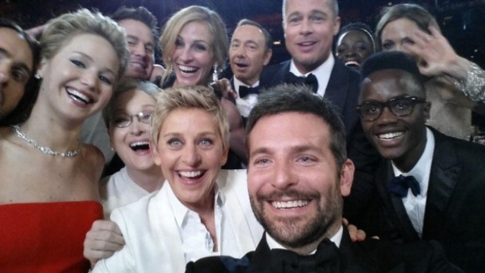 Самое звездное селфи, которое только вообще есть в мире, было сделано в 2014 году, когда ведущая Эллен ДеДженерес предложила сфотографироваться вместе с Бредли Купером, Бредом Питтом, Анджелиной Джоли, Дженнифер Лоуренс и Мерил Стрип. Фото было сделано в прямом эфире
