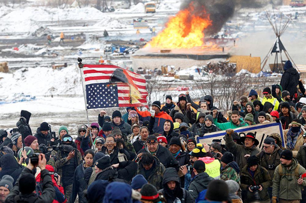 23 февраля. Полиция штата Северная Дакота арестовала около 20 человек за то, что они отказались покинуть лагерь протестующих против строительства нефтепровода.