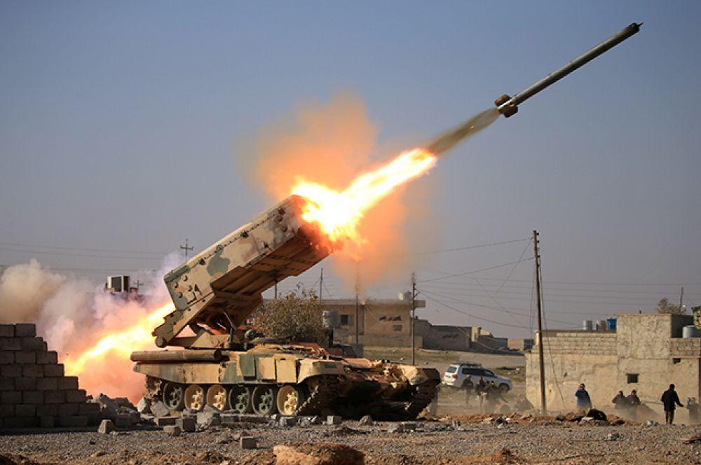 23 февраля. Иракская армия запускает ракету в сторону позиций исламского государства недалеко от Мосула.