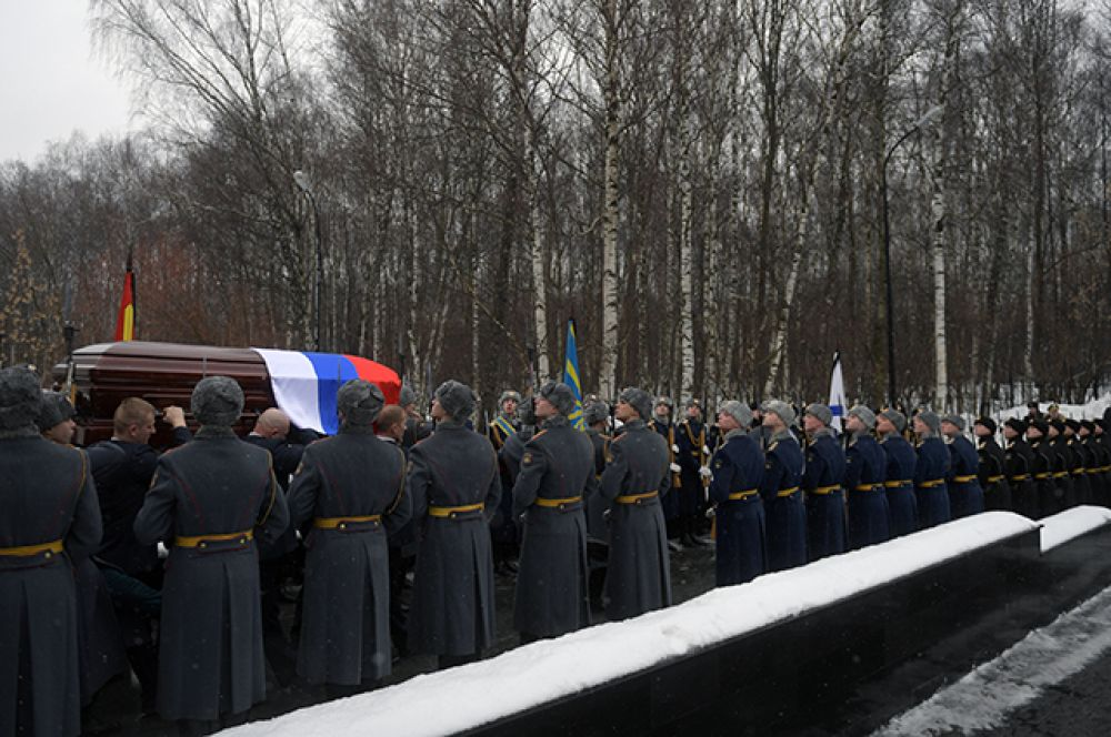 Траурная процессия выходит из здания Центральной клинической больницы управления делами президента РФ.