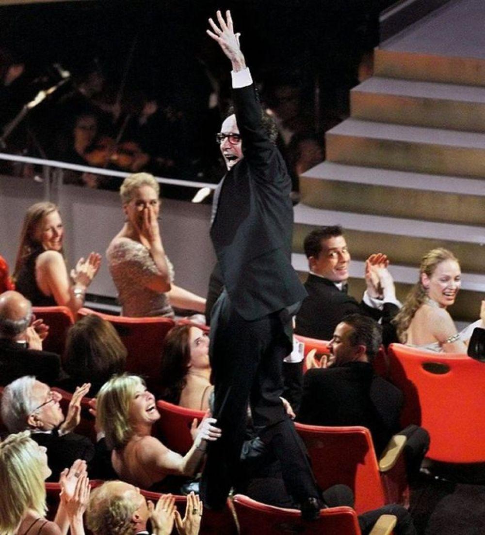 В 1999, когда итальянский режиссер Роберто Бениньи должен был получить награду за фильм «Жизнь прекрасна», настолько обрадовался, что на сцену побежал прямо по креслам, в которых сидели остальные зрители