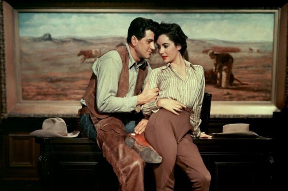 В 1956 году снялась с Джеймсом Дином в культовой ленте «Гигант».