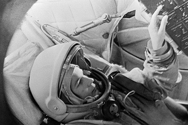 Валентина Терешкова в тренажере космического корабля «Восток».
