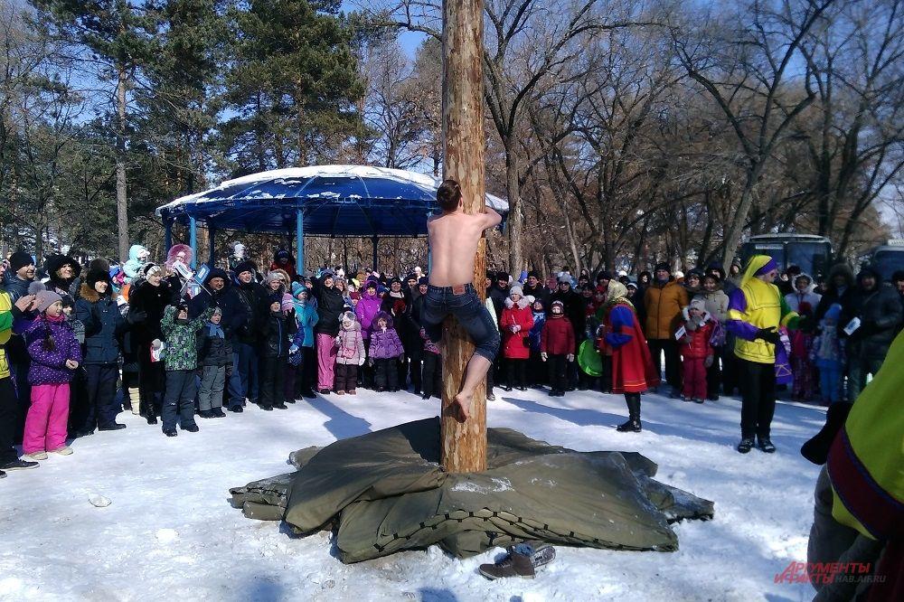 Появился первый богатырь. Девятнадцатилетный Евгений растерся снегом и обхватил столб