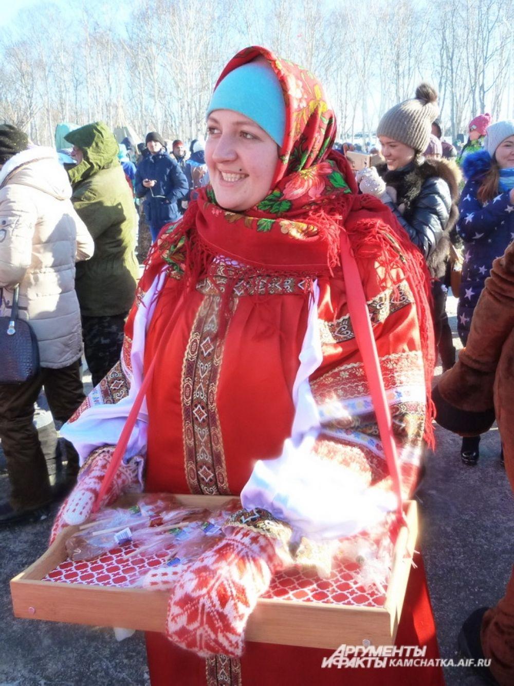Гостей угощали чаем и леденцами.