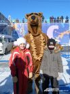 А гости веселятся и фотографируются с медведем, вышедшим из зимней спячки.
