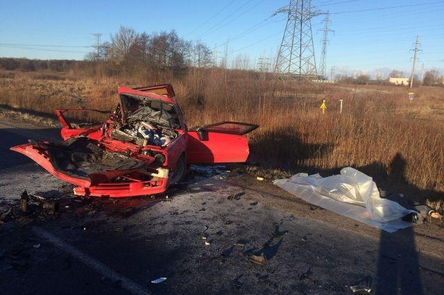 В аварии погибли пассажир и водитель «БМВ».