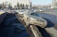 Иномарка повернула с улицы Дубровинского, но какой-то автомобиль «прижал» её к бордюру.