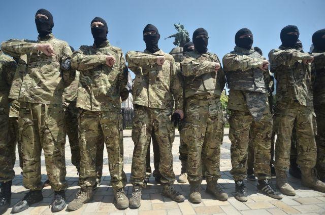 Члены батальона «Азов» облили краской российский банк в Одессе – СМИ