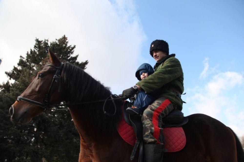 Желающие могли покататься на лошадях.
