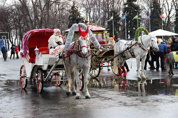 Роскошные конные экипажи терпеливо ждали ездоков